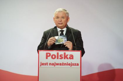Jarosław Kaczyński przekazał album dla WOŚP i przypomniał o akcji Caritas