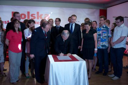 Jarosław Kaczyński podpisał 10 tez programu dla studentów